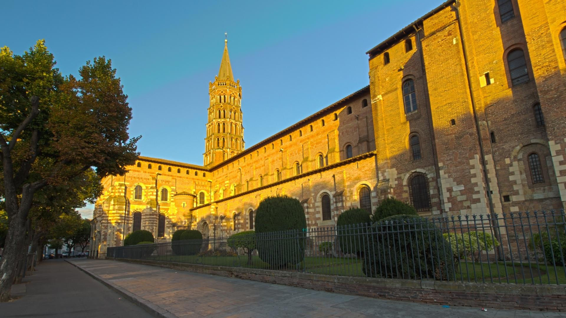 a comparison of st sernin and notre dame La basilica saint-sernin - toulouse-the romanesque era gets its name from  art historian to  basilica of notre-dame du port - clermont-ferrand, france.