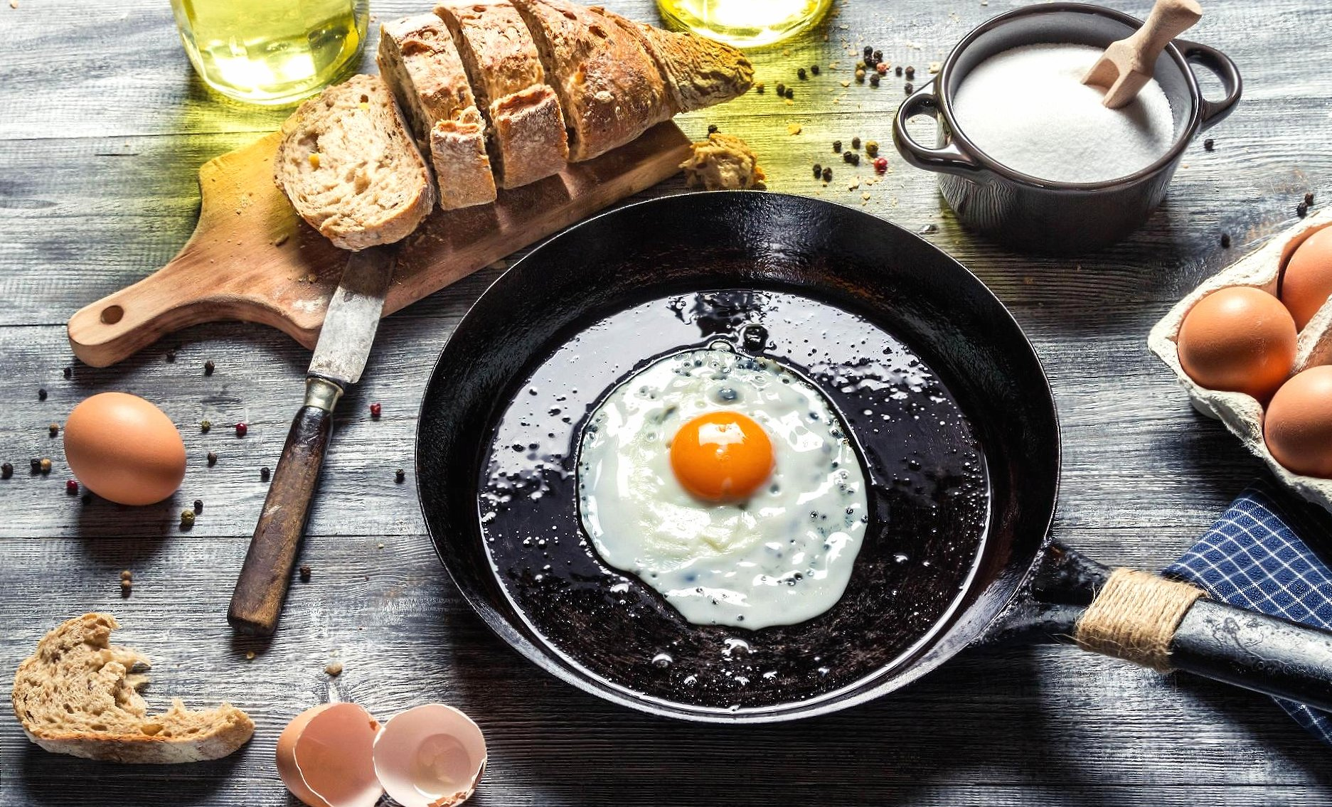 Egg in a frying pan wallpapers HD quality