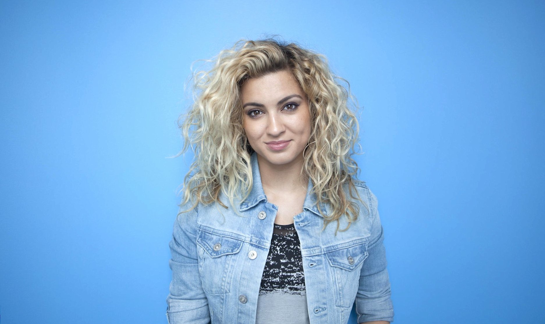 Tori Kelly at 2048 x 2048 iPad size wallpapers HD quality